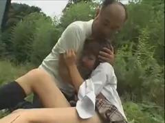 【レイプ】レイプされてた女子校生を介抱するふりして青姦中出しwww