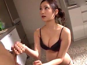 【桃谷エリカ】家事を手伝ってくれた男にアナル舐め&手コキでお礼をする痴女!