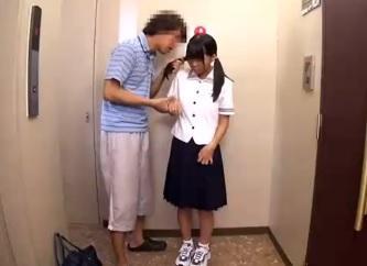富永苺149cm 無毛の日焼けのロリィーちゃんを連れ込みいたずら!