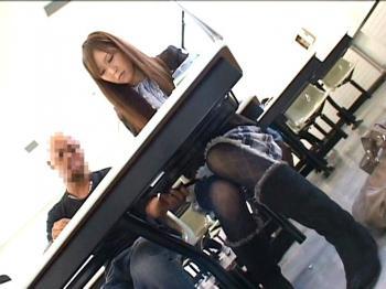 静かな授業中に女子大生が痴漢されマン汁ダラダラ!