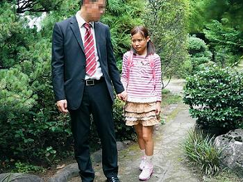 [JS]嫁の連れ子と秘密の温泉旅行「ぁあうっ!ひあぁ(´;ω;`)」無毛の幼膣を思う存分堪能し…ママと別れたら結婚しよう