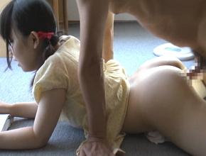 小○生の女の子『読書中におとーさんがいきなりおちんちんを挿れてきました。。。』||