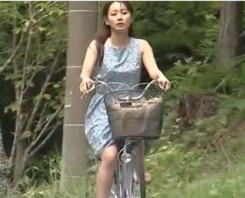 【強姦】チャリで走っていた綺麗な主婦を森に強引に連行して無理矢理に犯しまくる!