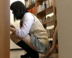 図書館で屈み込み本を読む女子校生の下半身に欲情した痴漢魔が強行に及ぶ瞬間