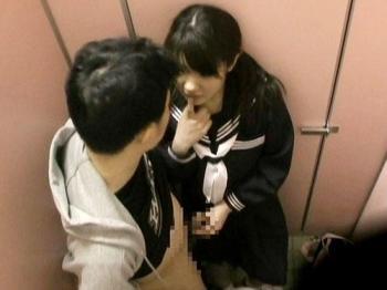 おチンチンをどうしても見たい女子中○生が公衆便所前で知らないオジさんに声を掛け…