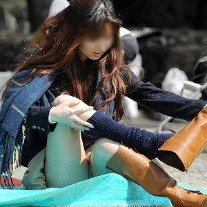 【パンチラ エロ画像】公園で座ってパンツ丸出しになってる素人女性たち