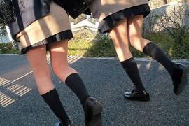 【街撮りJK画像】次月は夏服か…癒され効果の不変な制服JKたちの生脚撮りwww