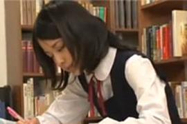 図書館で居眠りしていた美少女JKにわいせつ行為