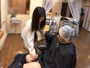 乳首が見える美容師さんにチンコを触らせて手コキさせるw
