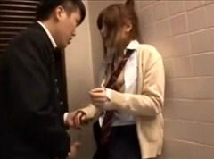 【女子校生動画】前々から狙ってたラクロス部の美少女を駅のトイレに連れ込んで痴漢レイプ