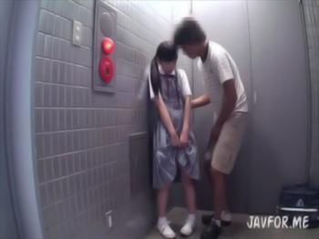 【口リ jc js】清楚系美少女がエレベーターの前で見知らぬ男にされるがまま・・・