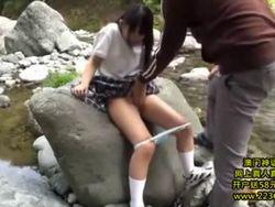 【処女喪失】中年のキモおやじに川原で中●生のロリ美少女がおし●っこさせられて青姦されてます