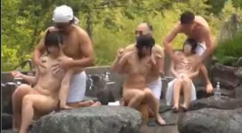 山奥の温泉宿の露天風呂でパイパン美少女達と乱交Hwwwww