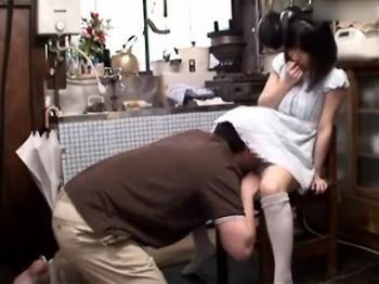 【ロリJS】小さい子のスカートに顔を突っ込み興奮するド変態オジサンのチ○ポをフェラしてあげる