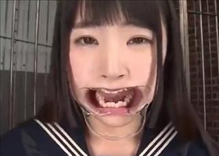 【木村つな】開口器つけてザーメンを大量に流し込む鬼畜ごっくんプレイ!
