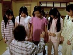 【ロリ】「先生には内緒だぞ?」小●校の女子水泳部の合宿でお泊り中のJSたちが就寝時間に宿泊客のおっさんと一線超えちゃうw||