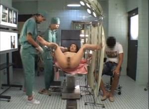 【産婦人科フィストファック】産婦人科にこんな診察があるの?卑猥な椅子に座らせて旦那の目の前でおっぱいチューチュー『診察ですから!』