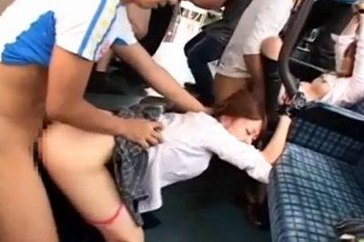 【エロ動画】バスの中でチンピラに目の焦点が合わなくなるほど中出しレイプされるJK