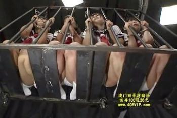 拉致された〇女たちが狭い檻に閉じ込められての鬼畜拷問でメス豚奴隷に