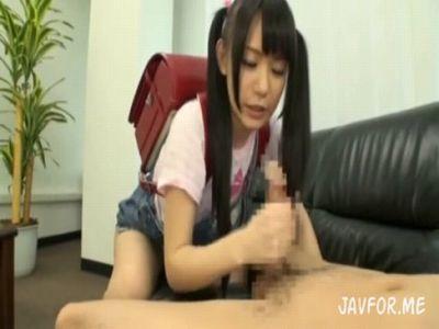 【エロ動画】ランドセル背負った女子小学生が何もわからず笑顔で手コキ、ヤバイ