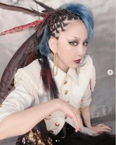 中島美嘉、個性的すぎるスタイルで大反響「極彩色の鳥みたい」「やっぱり美しい」