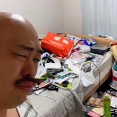 クロちゃん、汚すぎる自宅ベッド公開で大炎上「ここでどうやって寝る?」