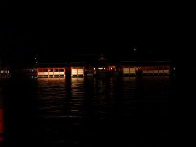 夜に海から見る本殿