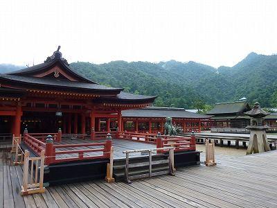 厳島神社と神々しい山
