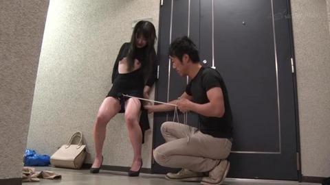 マキシワンピ越しの固定バイブ (41)