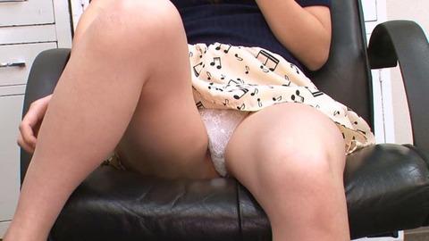 お尻の穴も隠しきれない極細ホワイトTバック (2)