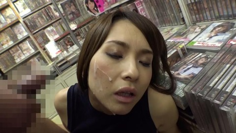 アダルトショップで美女と隠れてSEX (32)