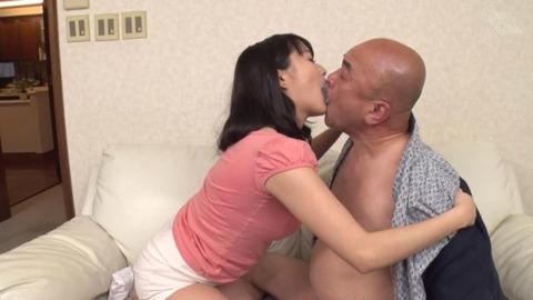 涼川絢音が義父と咀嚼プレイ-023