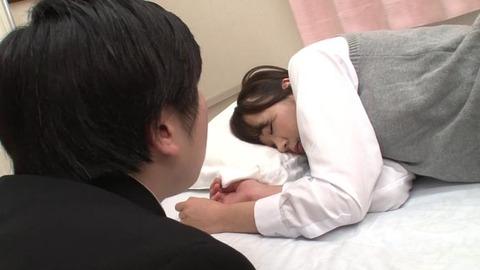 パンツ丸出しで熟睡してる女子生徒 (1)
