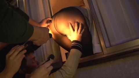 窓からデカ尻を出して男を誘う人妻画像-038