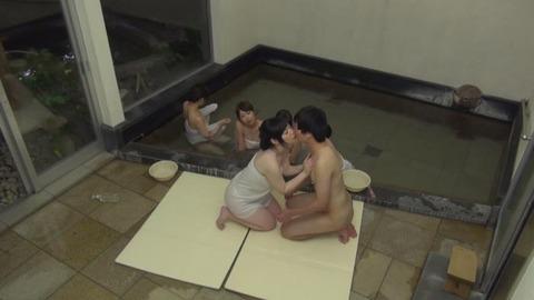 巨乳女先輩が新卒童貞くんのため中出しハーレム混浴19枚目