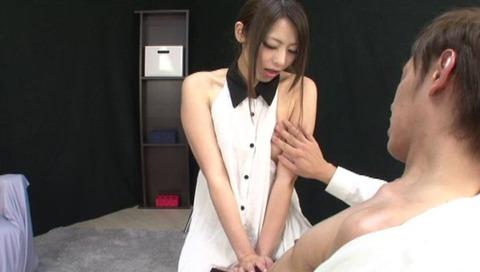 美人なお姉さんの手コキ画像-044
