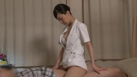 精液採取する淫乱ナース_049