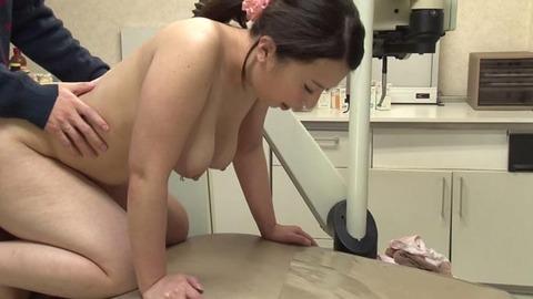 歯科助手をしている兄貴の嫁さん (47)