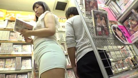 アダルトショップで美女と隠れてSEX (4)