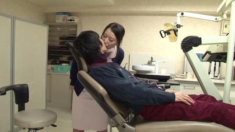 歯科助手をしている兄貴の嫁さん (30)