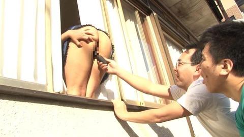 窓からデカ尻を出して男を誘う人妻画像-026