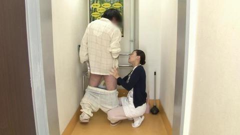 精液採取する淫乱ナース_021
