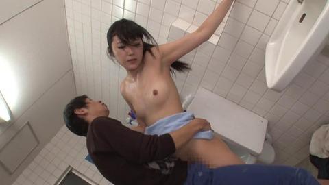 公衆トイレでバイブオナニーする人妻 (45)