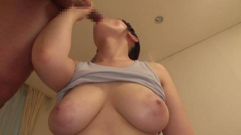 汗染みで浮き出る乳首-019
