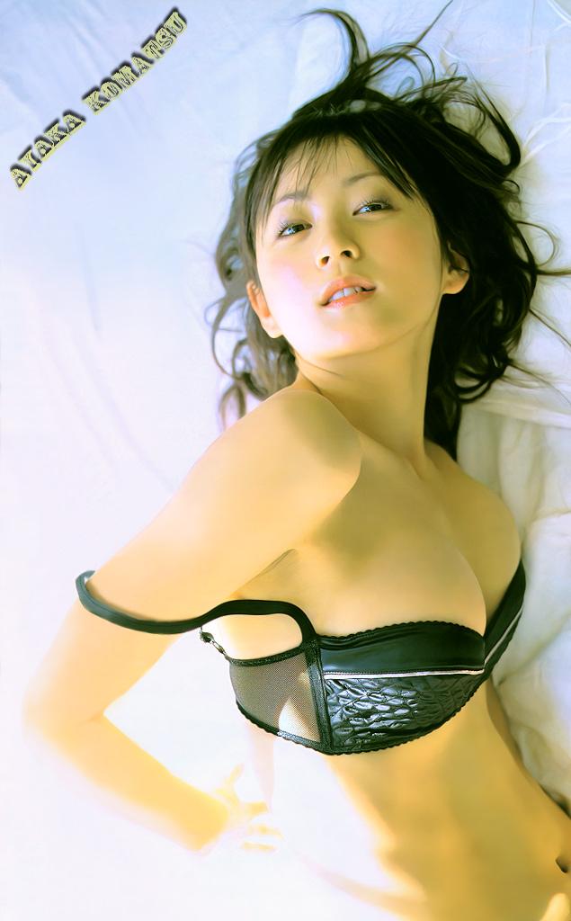 黒水着の小松彩夏