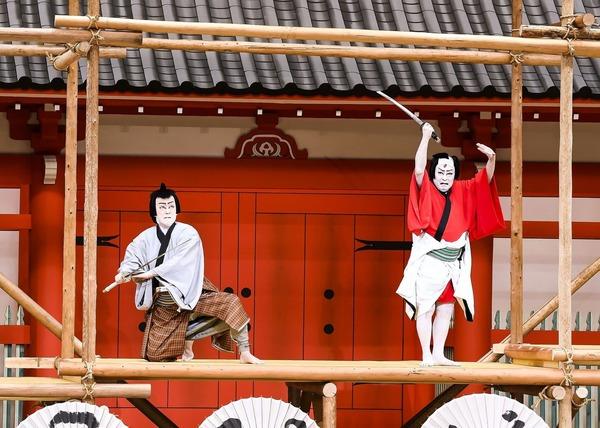 『野晒悟助』右から野晒悟助=尾上菊五郎、提婆仁三郎=市川左團次