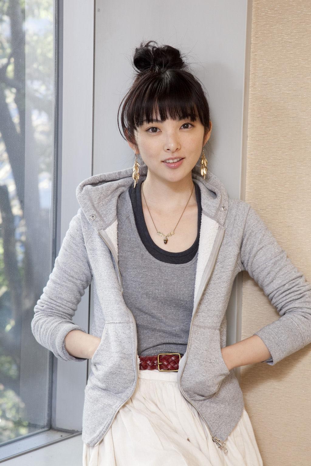 パーカーのポケットに手を入れてお団子頭の可愛い田中麗奈