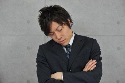 居眠りするスーツの人