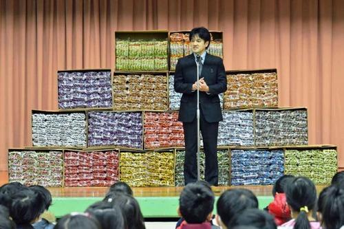 【いい話】うまい棒10000本!小学校に41歳が寄贈、心温まるサプライズの理由は?全校朝会で歓声、教材にも