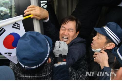 【竹島の日】「警察700人に囲まれ、右翼団体1000人から悪口と脅しを受けた」と抗議したソウル市議を連行